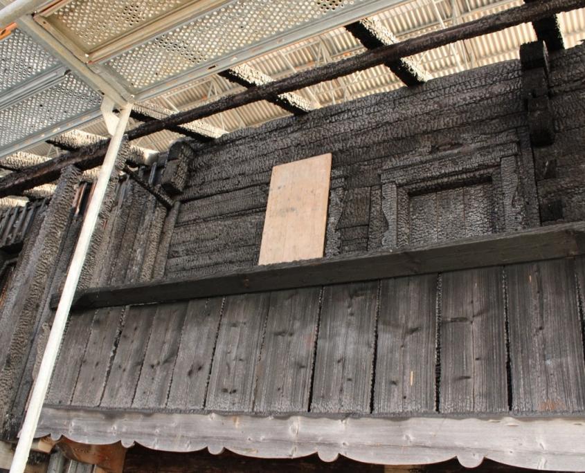 Durch besondere Festigungsmethoden soll die verbrannte Fassade des Blockbaus erhalten bleiben