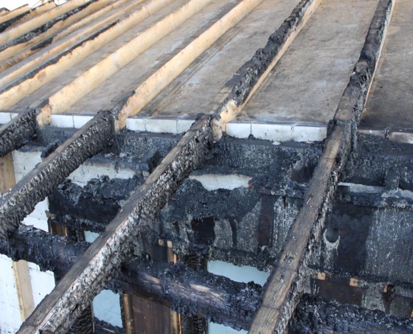 Verbrannte Balken des Dachwerks